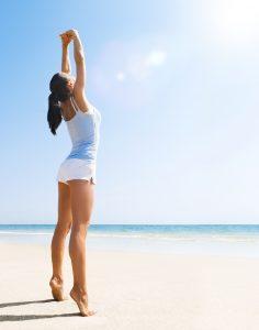 malde dos et étirements sur la plage
