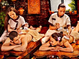 massage herbe ayurveda couple