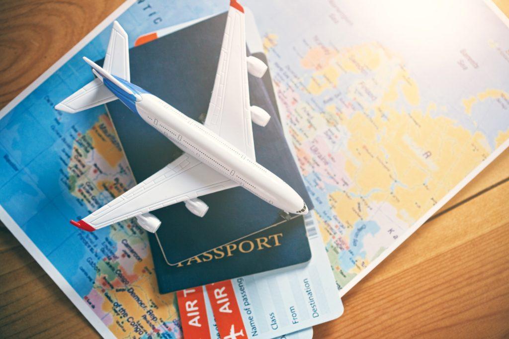 Maquette d'avion, passeports et billets d'avion sur une carte du monde