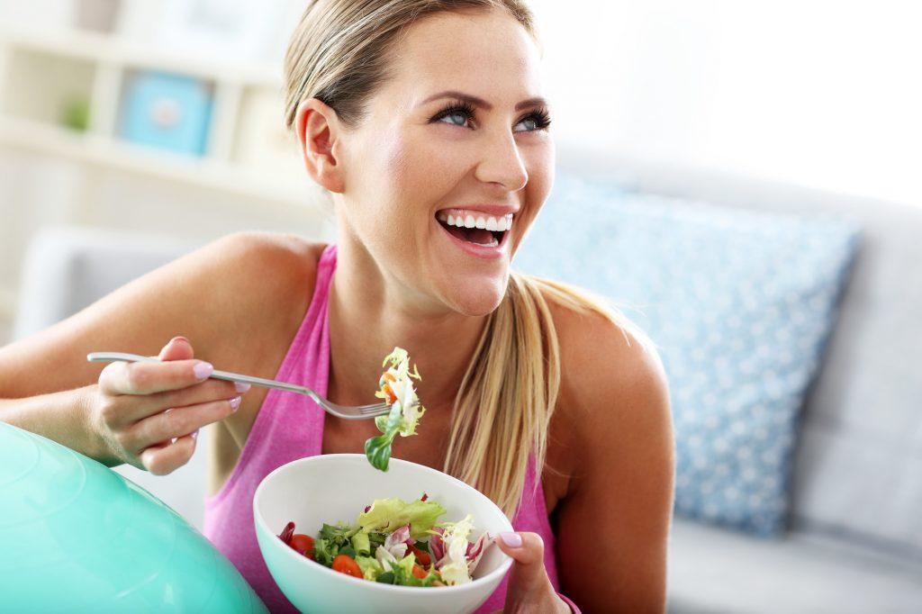 jeune femme mangeant une salade adaptée au régime pegan