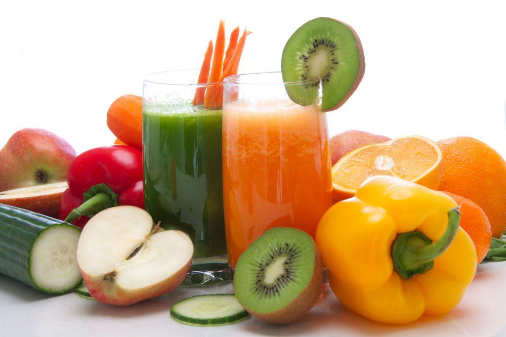 Jeûne thérapeutique avec des jus de fruits et de légumes frais et colorés.
