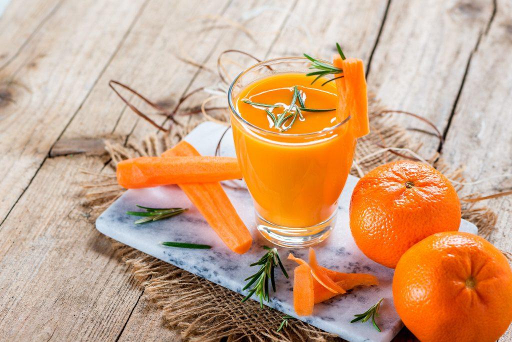 Jeûne au jus à base de carottes et de mandarines au romarin.