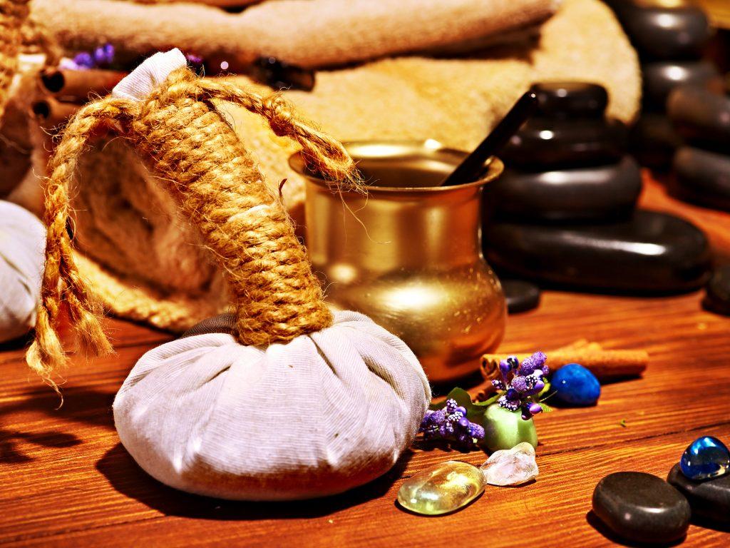 tampon à base de plantes, pierres et huiles pour les soins Ayurveda
