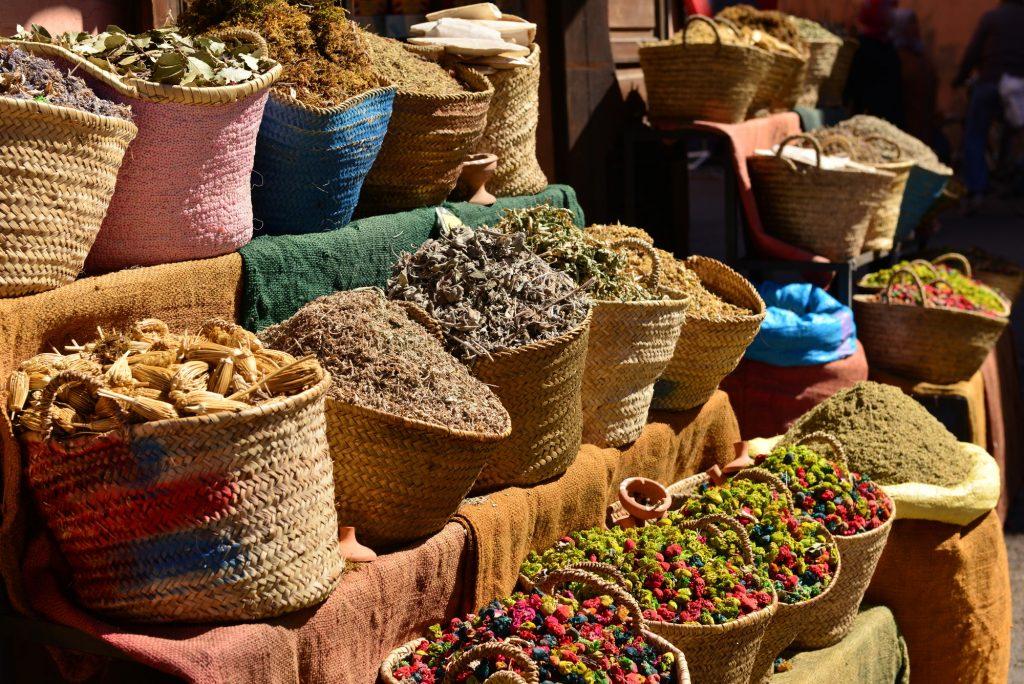 Paniers avec des herbes pour les traitements Ayurveda