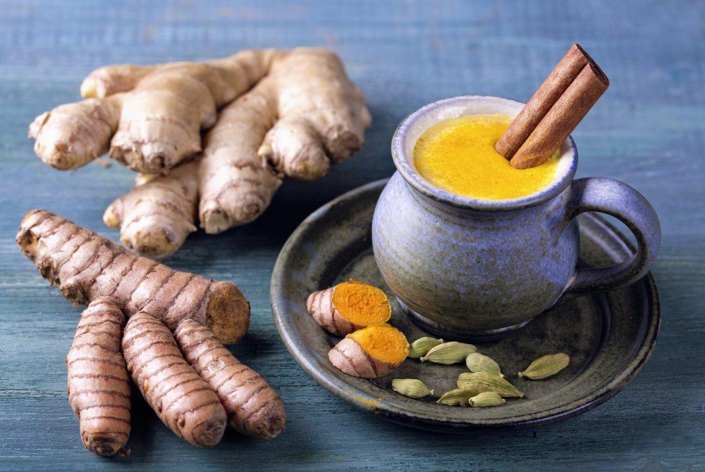 Lait doré, boisson à base de curcuma et d'épices pour perdre du poids avec l'Ayurveda