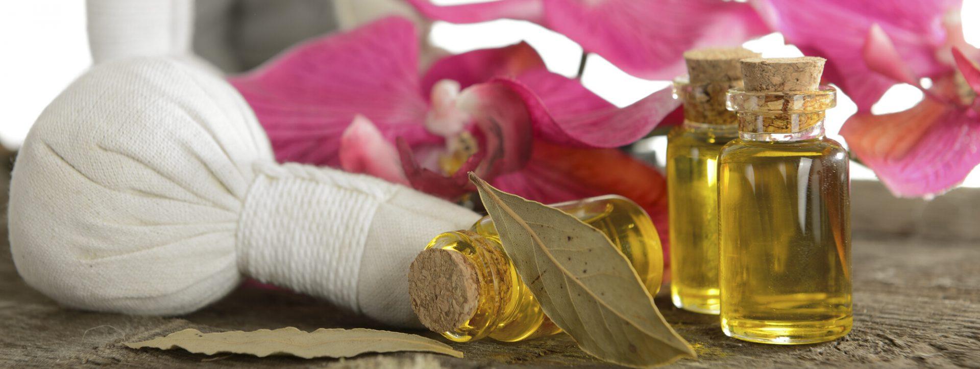 Huile de massage et pochons à base de plantes ayurvédiques